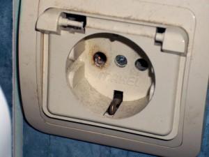 Замена розетки в ванной.